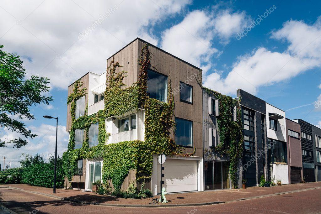 Rij huizen van de moderne architectuur in amsterdam u redactionele