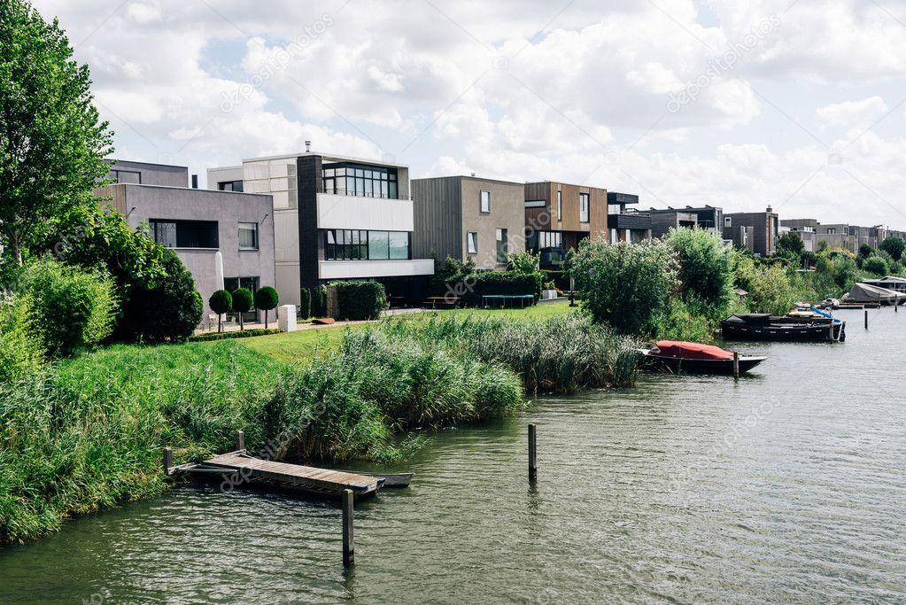 Case di architettura moderna in un canale di amsterdam for Architettura moderna case