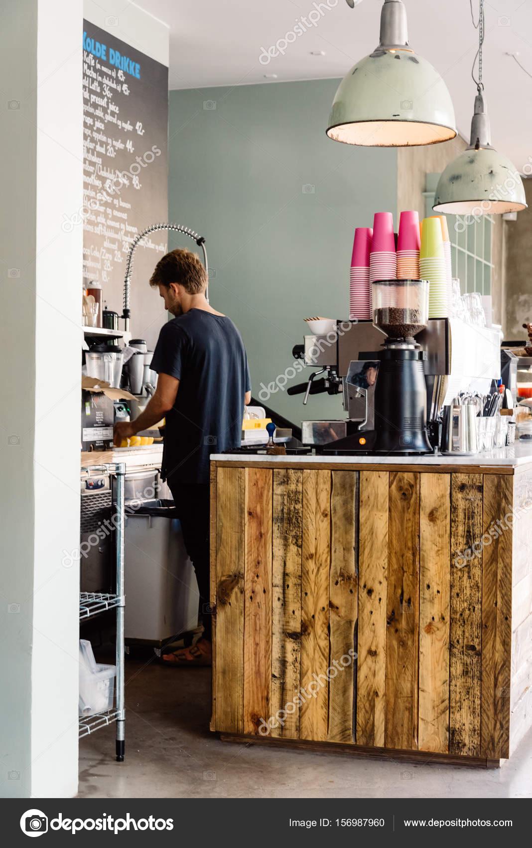249c4913841f Člověk pracující v bederní pohledu kavárně otevřené pro den s retro  designem s barevné kelímky a kávovar na dřevěné počítadlo — Fotografie od  ...