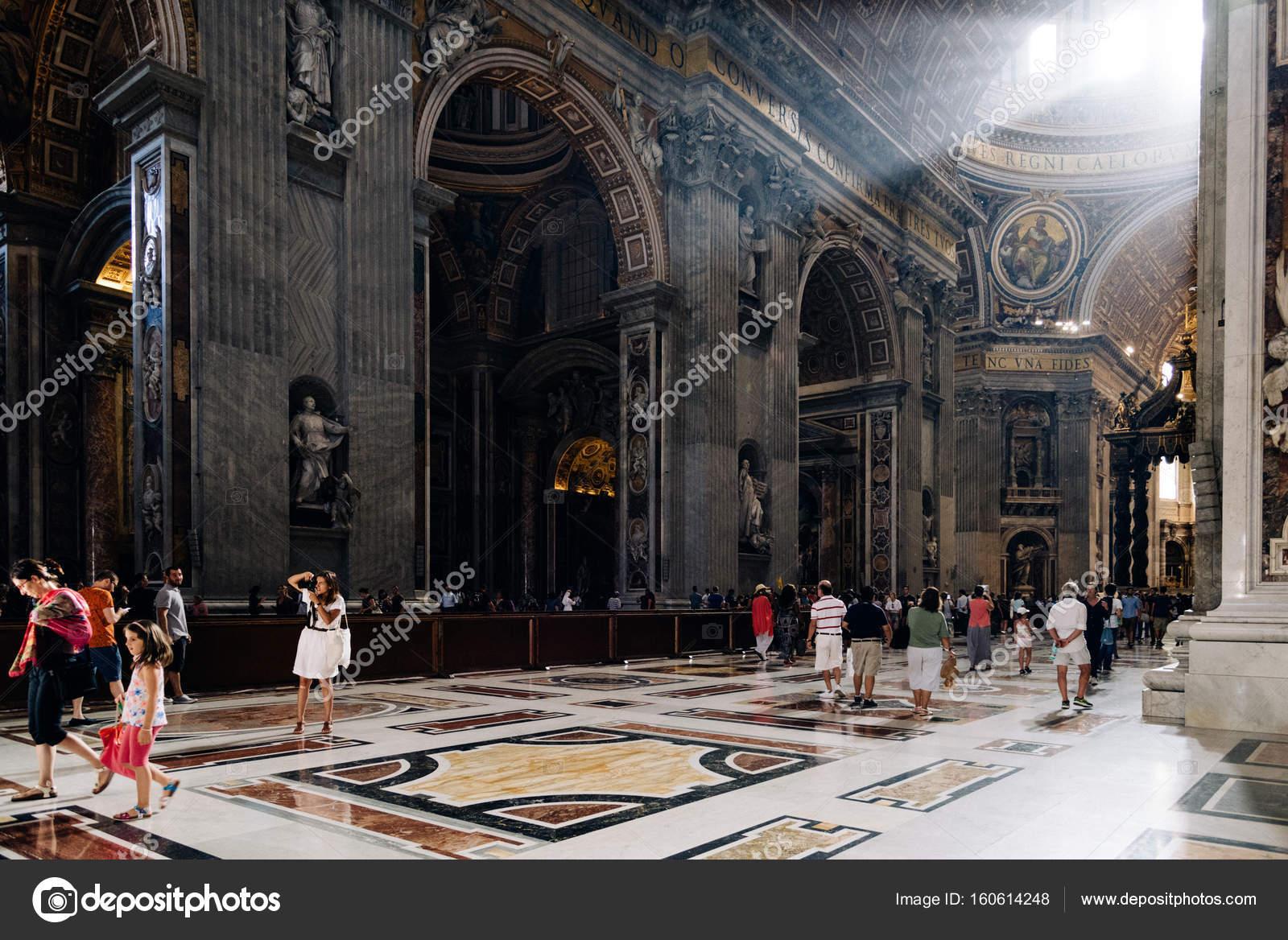 mensen in het interieur van de kathedraal van st peters stockfoto