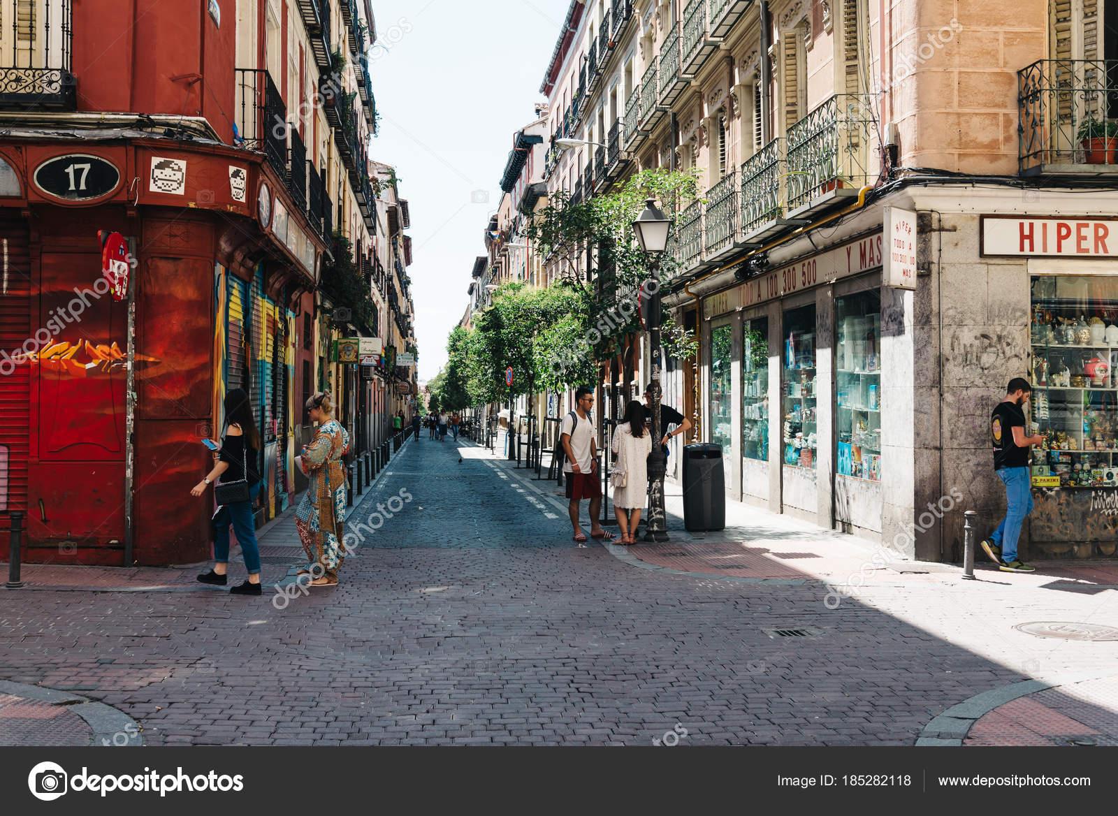 Straßenszene in Malasaña Viertel in Madrid — Redaktionelles ...