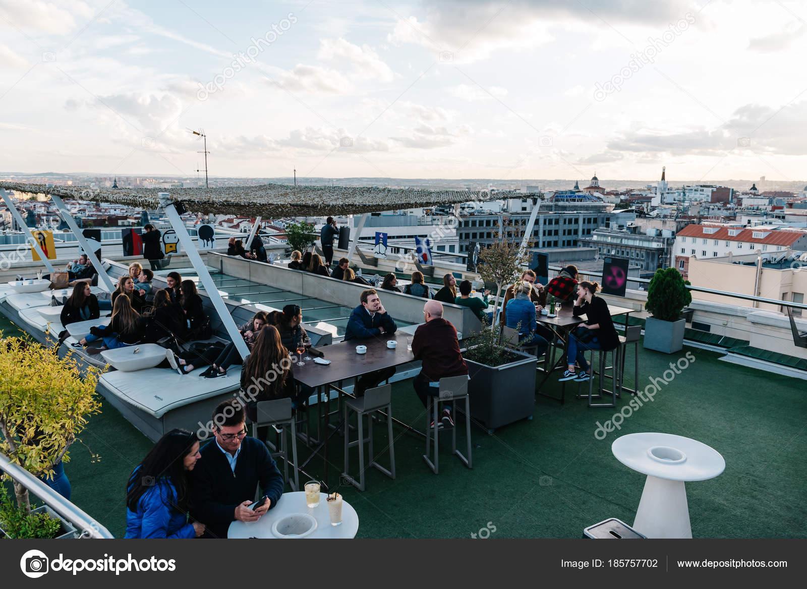 Gente Disfrutando En Café En Circulo De Bellas Artes De