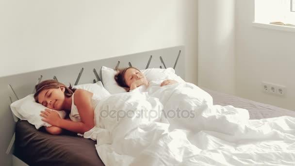 Alszik az ágyban, a fiatal lányok