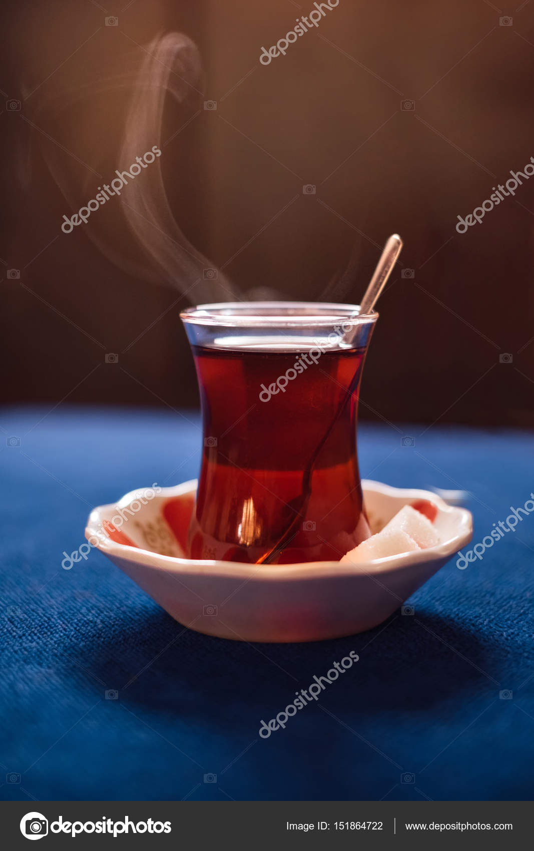 Boisson turque traditionnelle du thé sur table bleue — Photographie ...