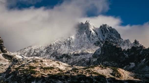 Zasněžené a oblačné období sklouzává horská krajina z Rysých vrchů v zimě s modrou oblohou na pozadí, Slovensko.