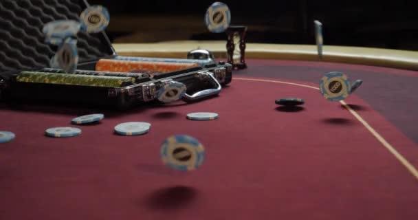 Pokerový stůl s poker žetony v kufru a pádu na stole v kasinu. Poker žetony pro hazardní karetní hra.