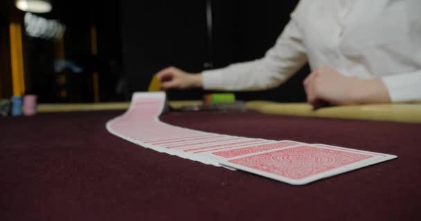 Poker dealer míchání plný balíček hracích karet