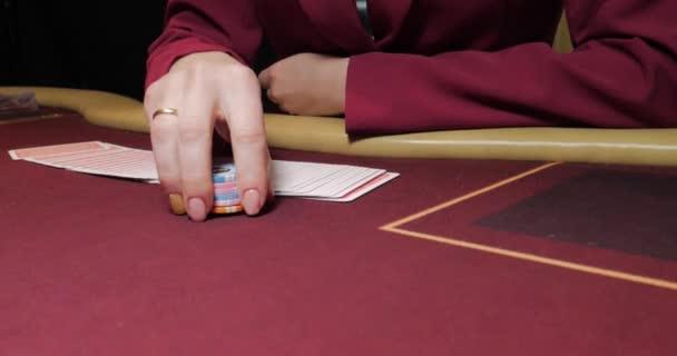Lady uvedení poker chip řádky tabulka, casino bet, šance na vítězství a štěstí