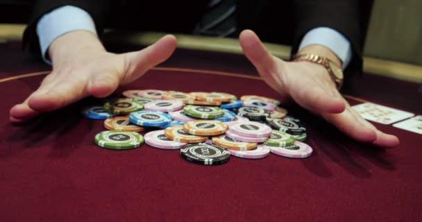 Profesionální krupiér míchání karet na burgundském stole pro podnikatele, poker