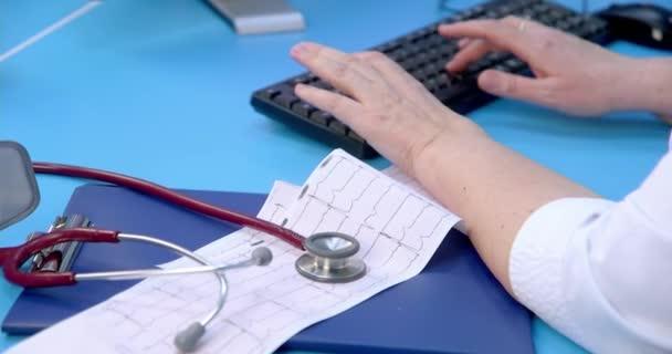 Nahaufnahme des Diagrammausdrucks aus dem ecg-Gerät, während die Patientin auf dem Bett liegt. Elektrokardiogramm-Test.
