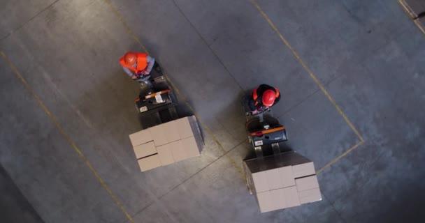 arbeitender Gabelstaplerlader in einem riesigen Industrielager. Luftaufnahmen.