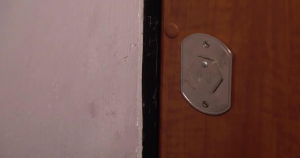 Muž odemkne dveře domu klíčem a vejde. 4k pomalu.