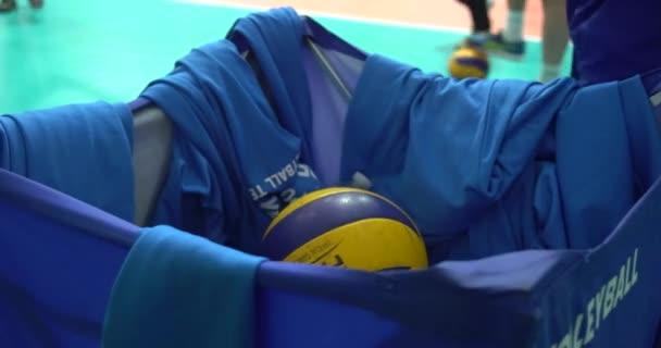 Guy volejbal hráči tvořící žluté koule