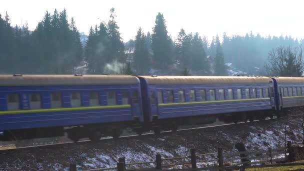 Vlak jezdí kouřem po kolejích