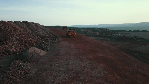 obrovské nákladní automobily skládka nákladní automobily těžba nákladní automobily ruda doprava železo lomy otevřené litina ruda Ukrajina 02 / 27 / 2020.