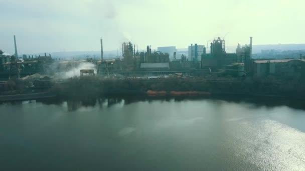 Stahlwerk Hüttenwerk schlechte Ökologie Rauch aus Rohren Antennenvideo 4k.