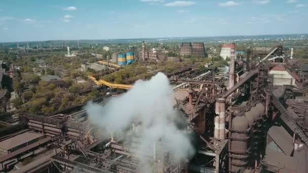 metallurgische Anlage Stahlmetallurgie Rauch aus Rohren Ökologie Antennenvideo 4k