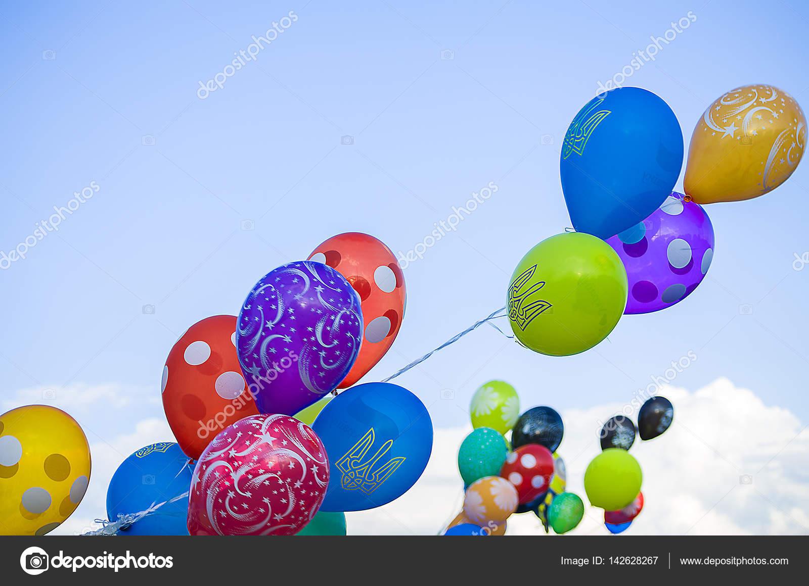 Ballonnen Met Licht : Licht gekleurde ballonnen vliegen in de lucht u2014 stockfoto