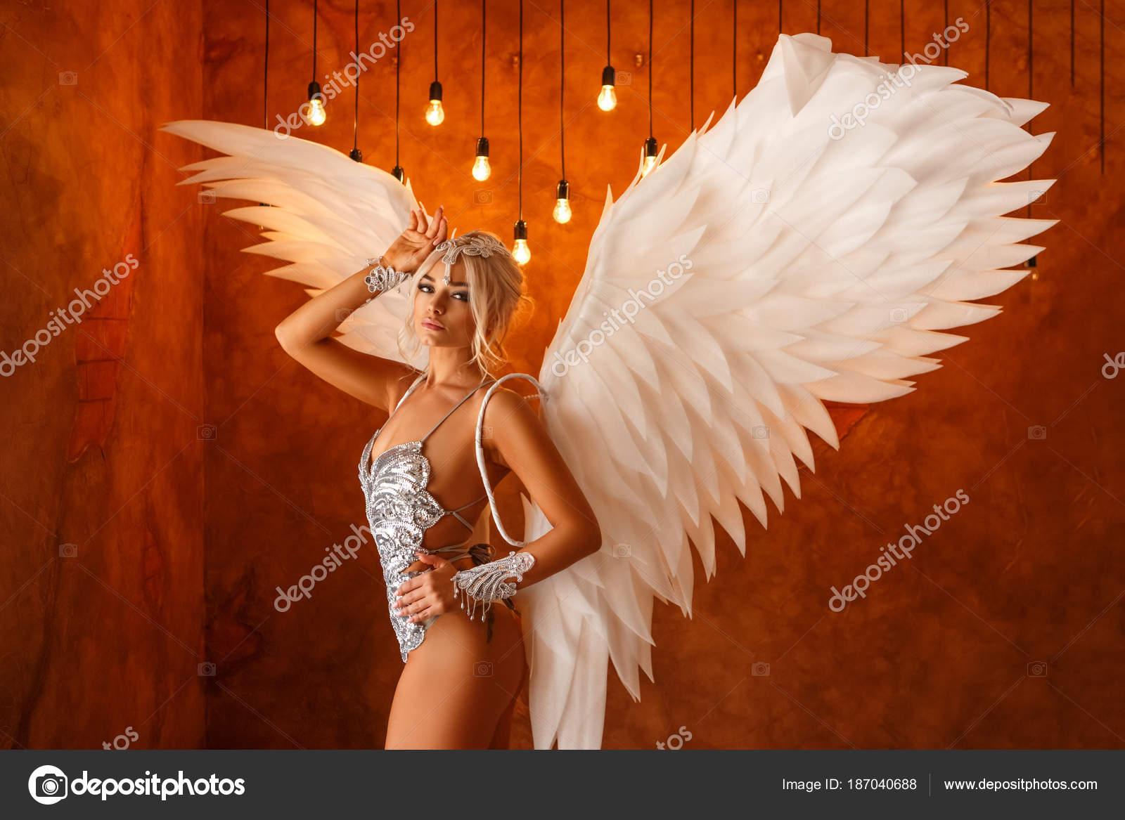 Μεγάλο μαύρο πουλί λευκές γυναίκες