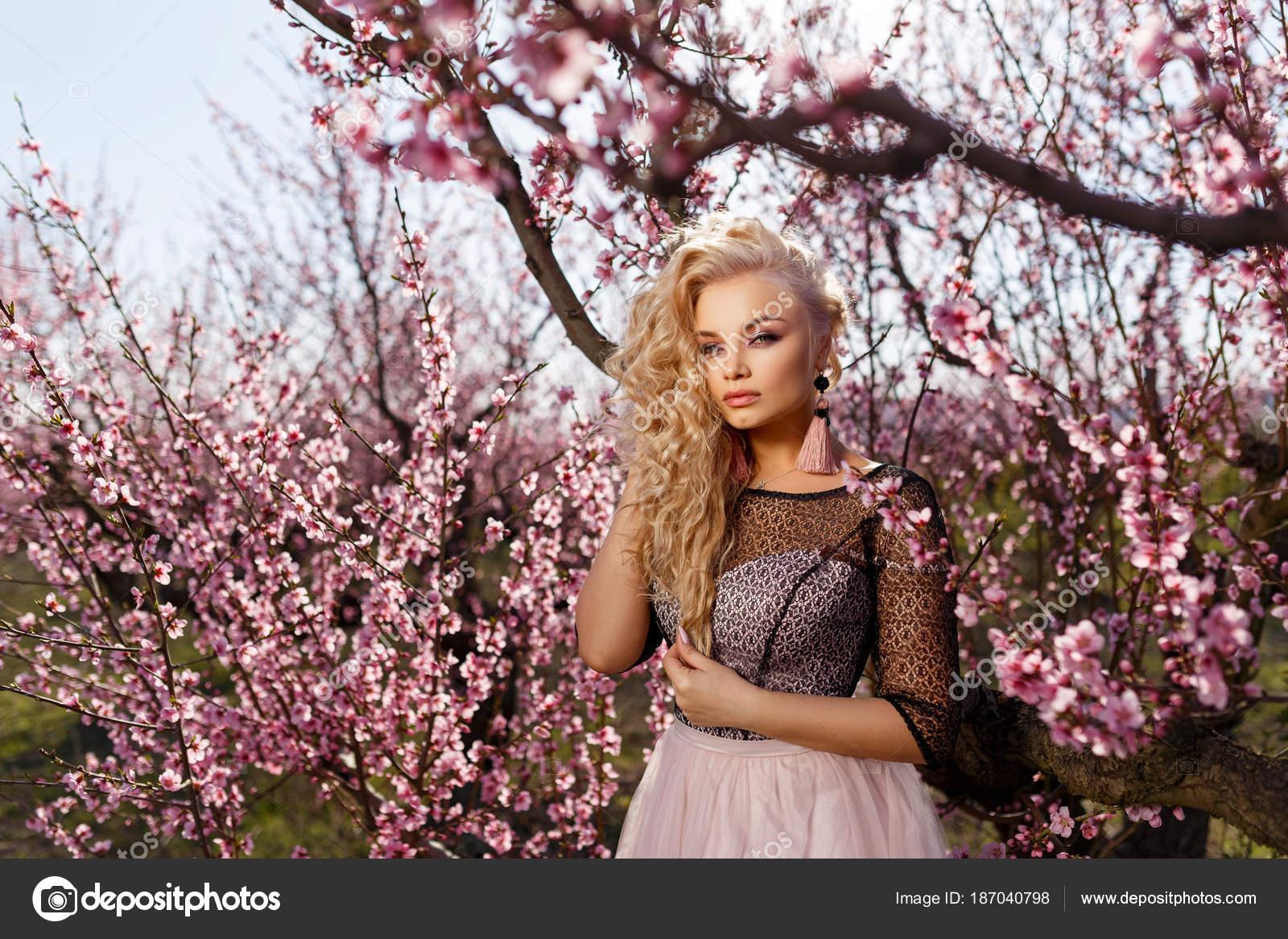 ddedcdac3 Imágenes: mujer en jardin | Hermoso Retrato Una Mujer Jardín Flores ...
