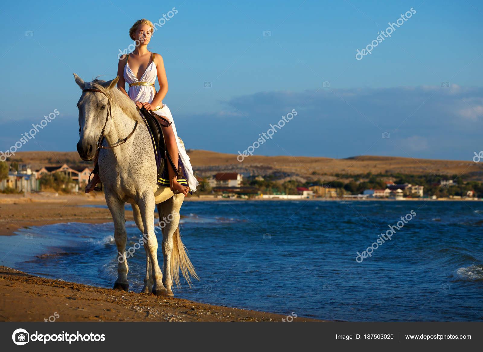 9018d72e10d13c Bella Ragazza Cavallo Bianco Sul Fondo Del Mare Vestito Amazon — Foto Stock