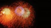 Gyönyörű tűzijáték az égen éjszaka ünneplés