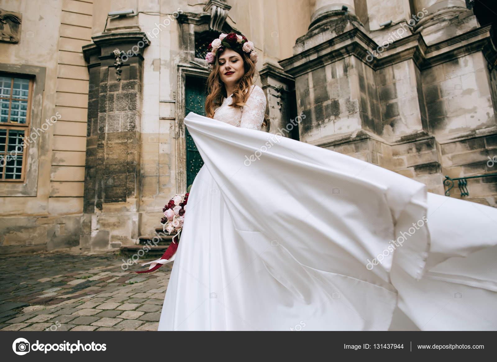 Mariee En Robe Blanche Et Couronne De Fleur Photographie Beorm