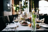 Fotografie Restaurace hala a tabulka pro svatební hostiny