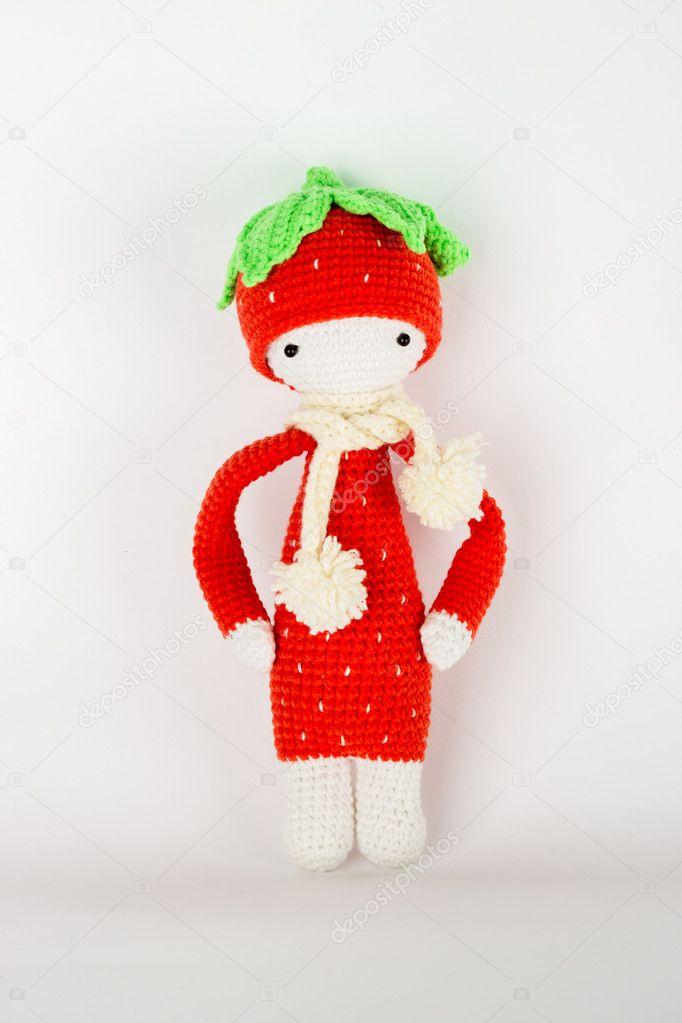 Kuscheltier Häkeln Eine Rote Erdbeere In Eine Weiße Mütze Und Schal
