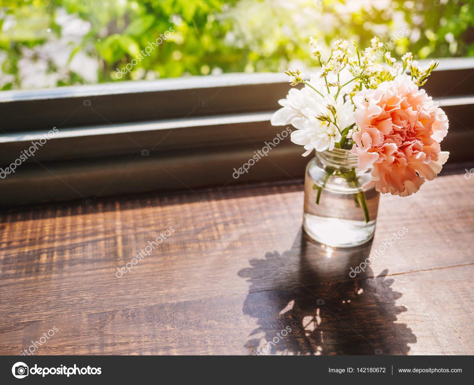 Blumen Nelken Dekoration Glas Auf Holztisch Stockfoto C Viteethumb