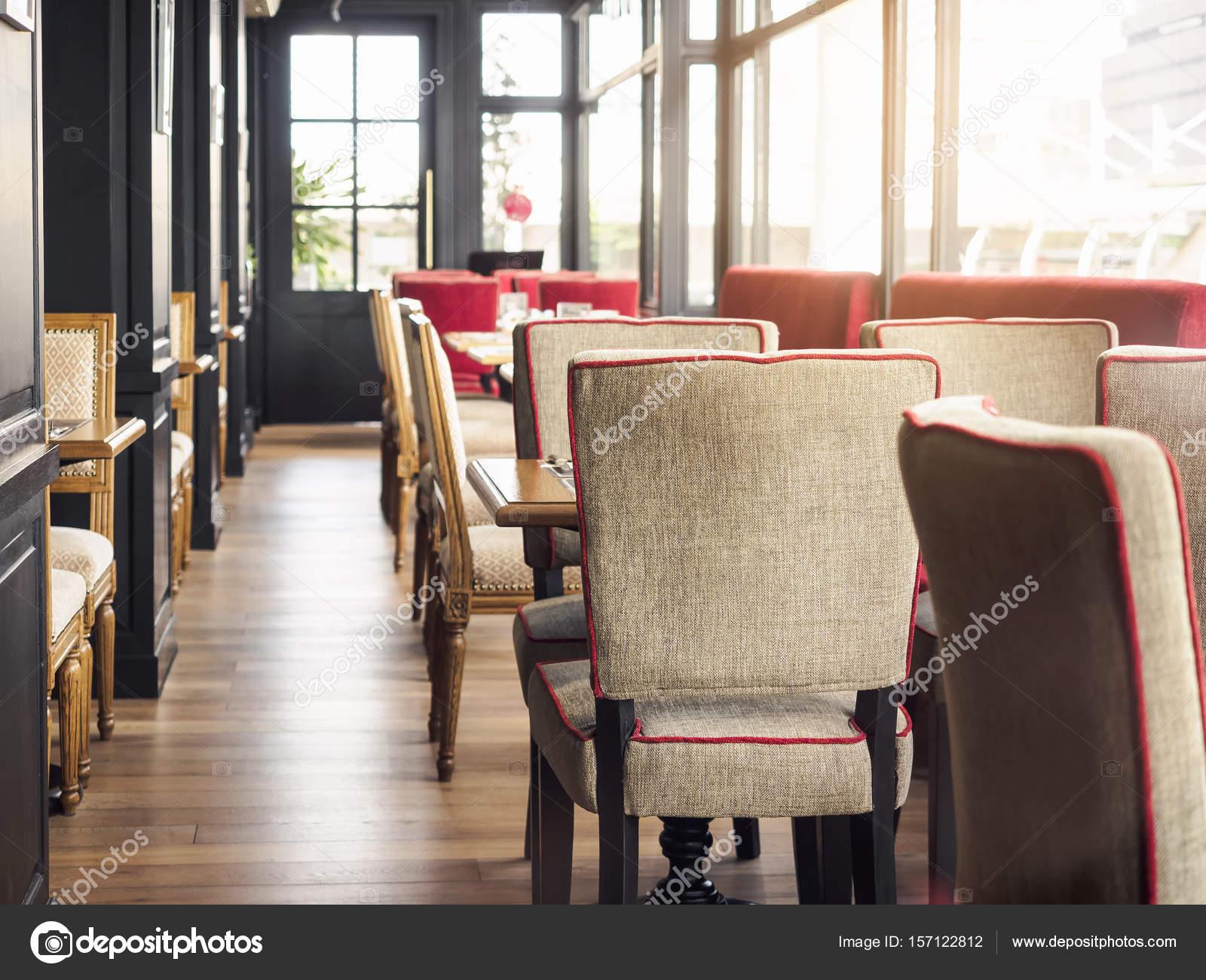 Interieur restaurant lege tafel en stoelen weergave klassieke