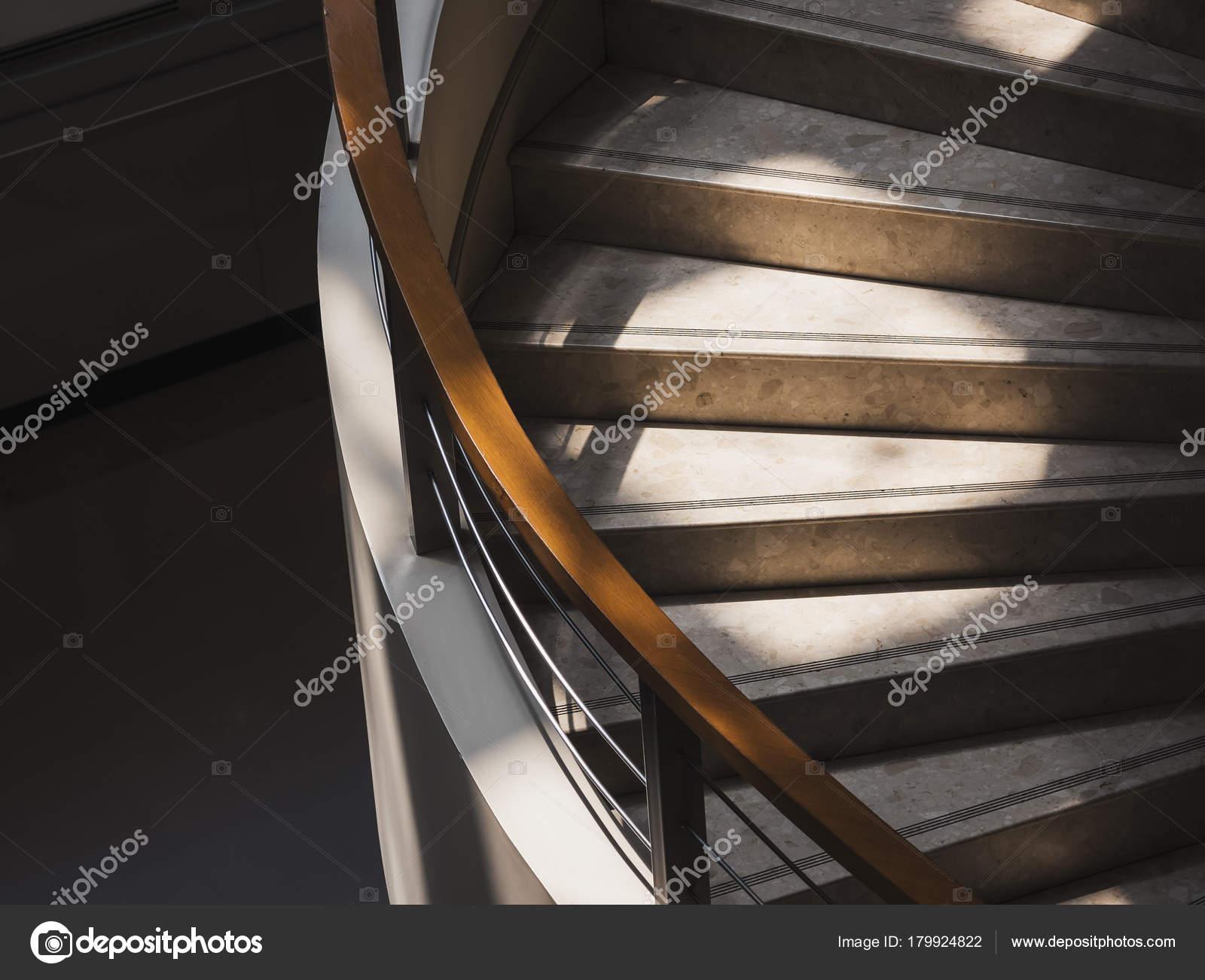 Scale passo interno edificio con dettagli di architettura di