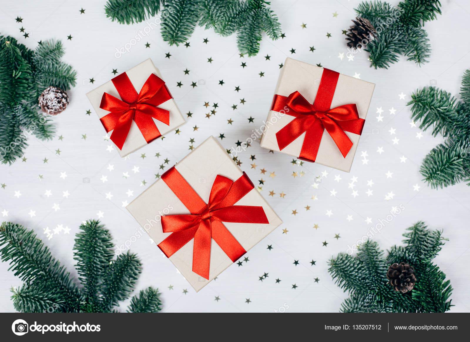 Weihnachtsgeschenke mit rotem Band — Stockfoto © Efetova #135207512