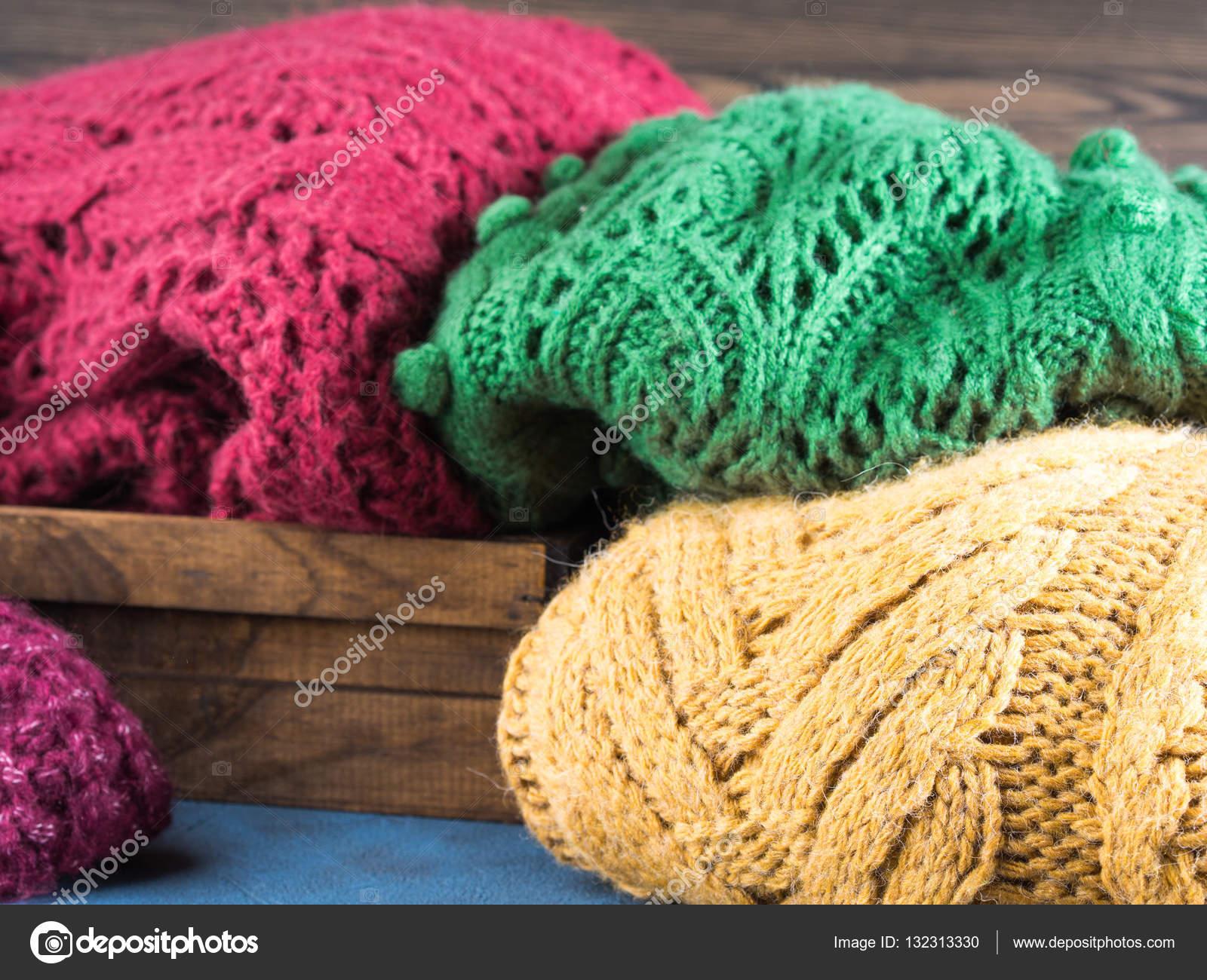Dámská zimní vlněné svetry. Pletené oblečení dívky. Barevné Mikiny na  dřevěné pozadí. Příjemné šaty pro sezónu — Fotografie od ... 283ec600a46