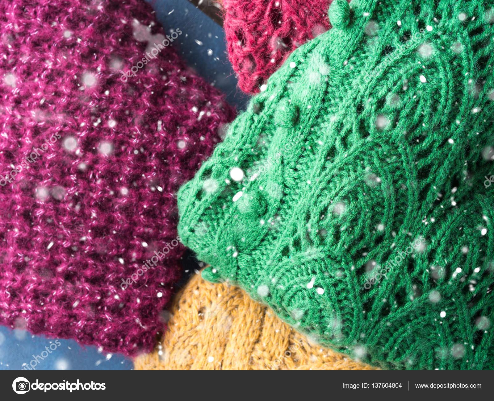 Dámská zimní vlněné svetry. Pletené oblečení dívky. Barevné Mikiny na  dřevěné pozadí. Příjemné šaty pro sezónu. Pohled shora — Fotografie od ... 147ae8dae74