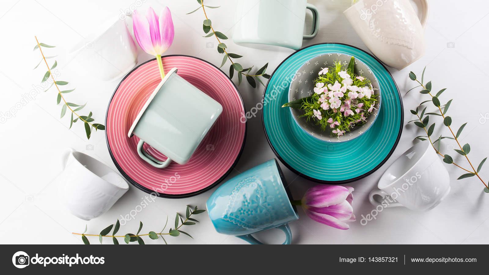 Frühling Geschirr Geschirr Konzept Mit Tulpen Blumen Pastell Farbe Weiß  Hintergrund. Keramische Platten Geschirr Tassen Texturiert.