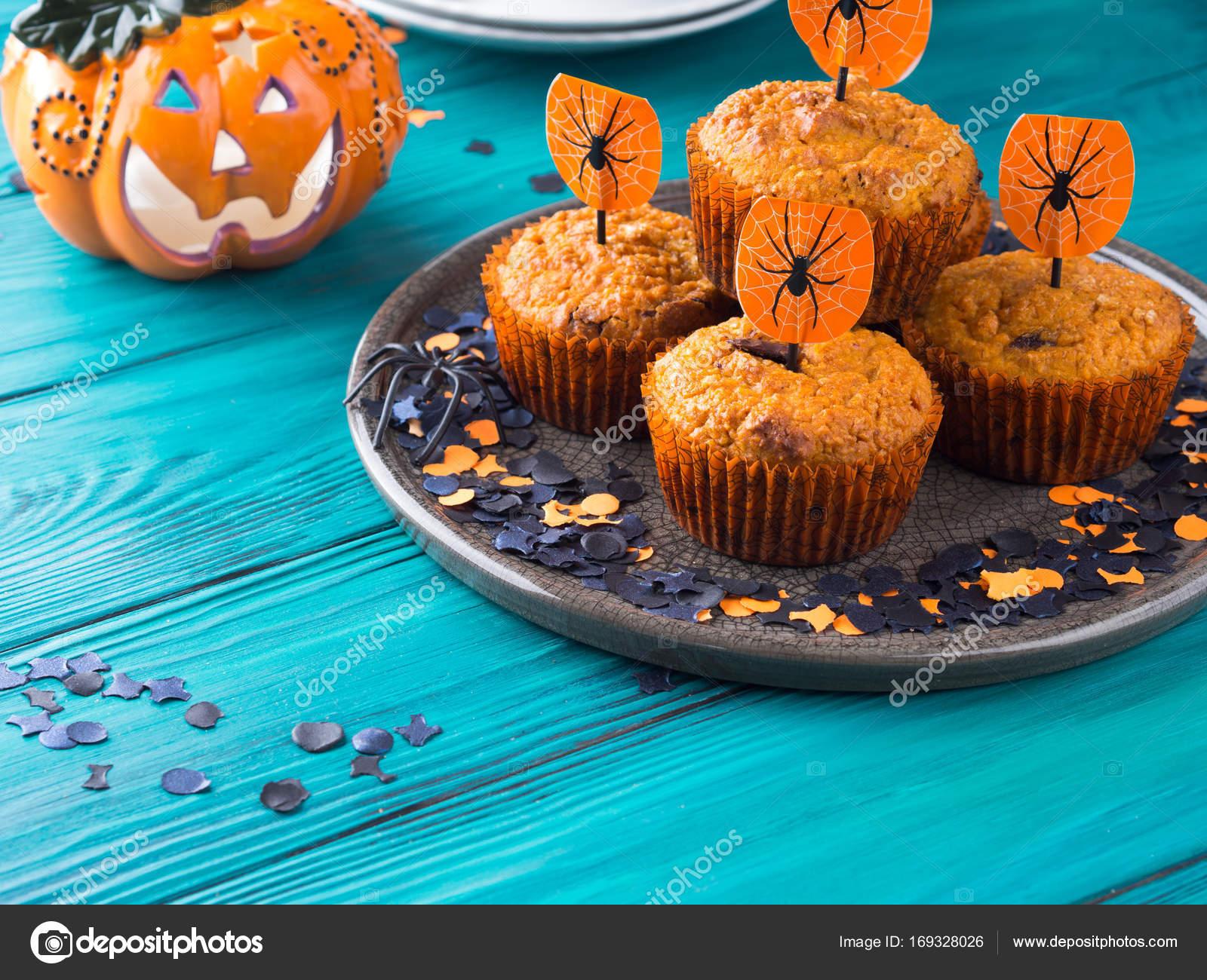 Muffin di zucca con scaglie di cioccolato per i bambini Halloween party.  Decorazioni di festa — Foto di tenkende 49cc345730a1