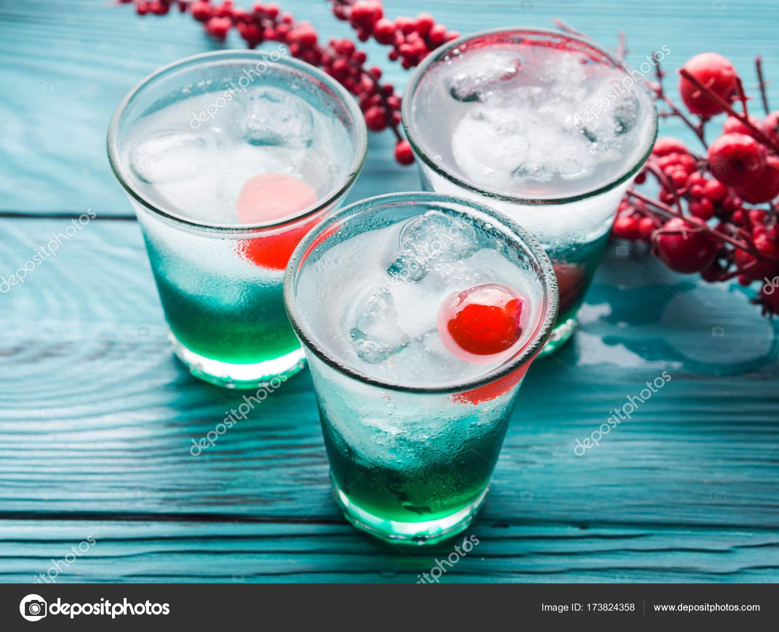 Weihnachten Urlaub Partei grüne und rote Getränke — Stockfoto ...