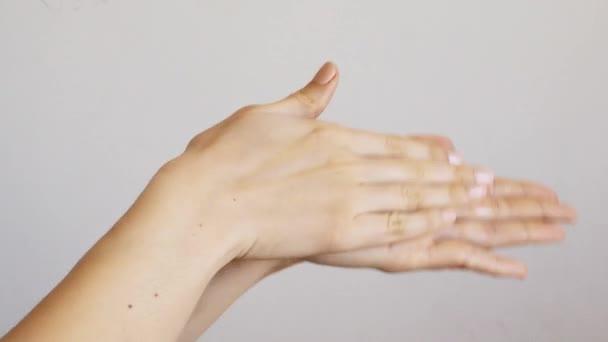 Női kéztisztítás fertőtlenítő géllel