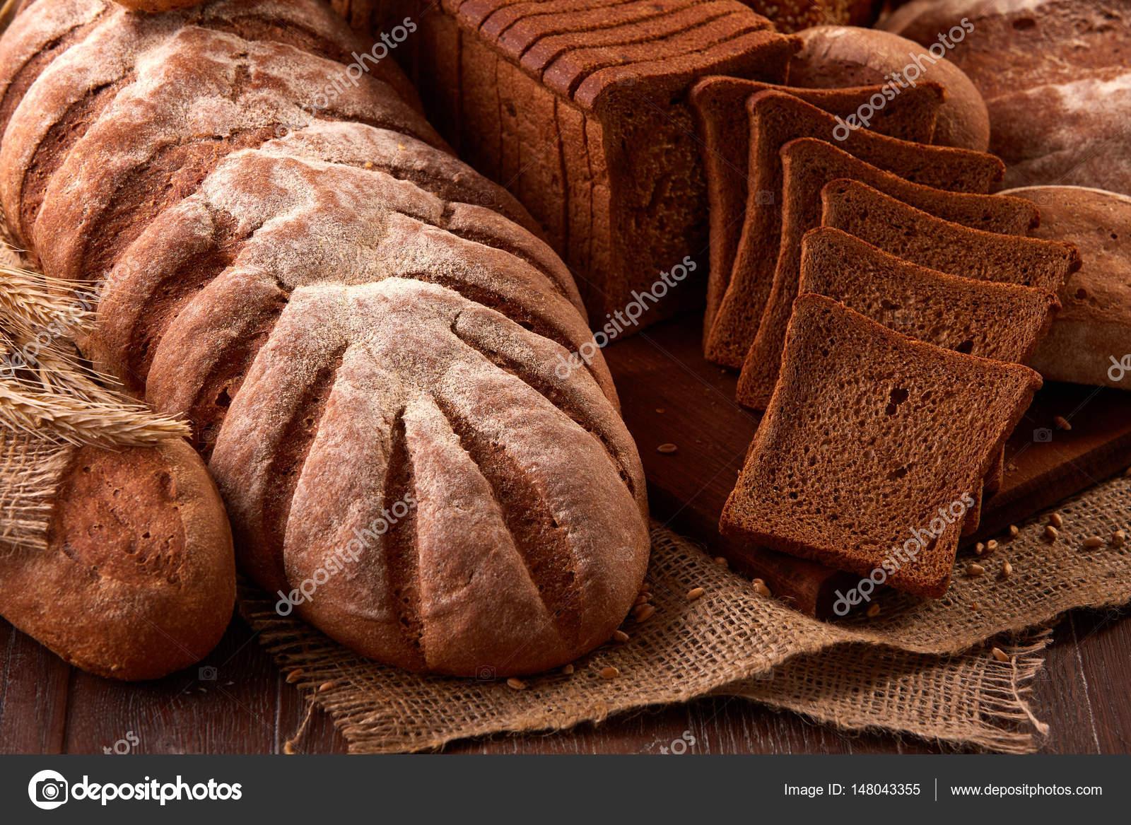 나무 테이블에 삼 베에 빵의 다른 종류. 주방 또는 베이커리 ...