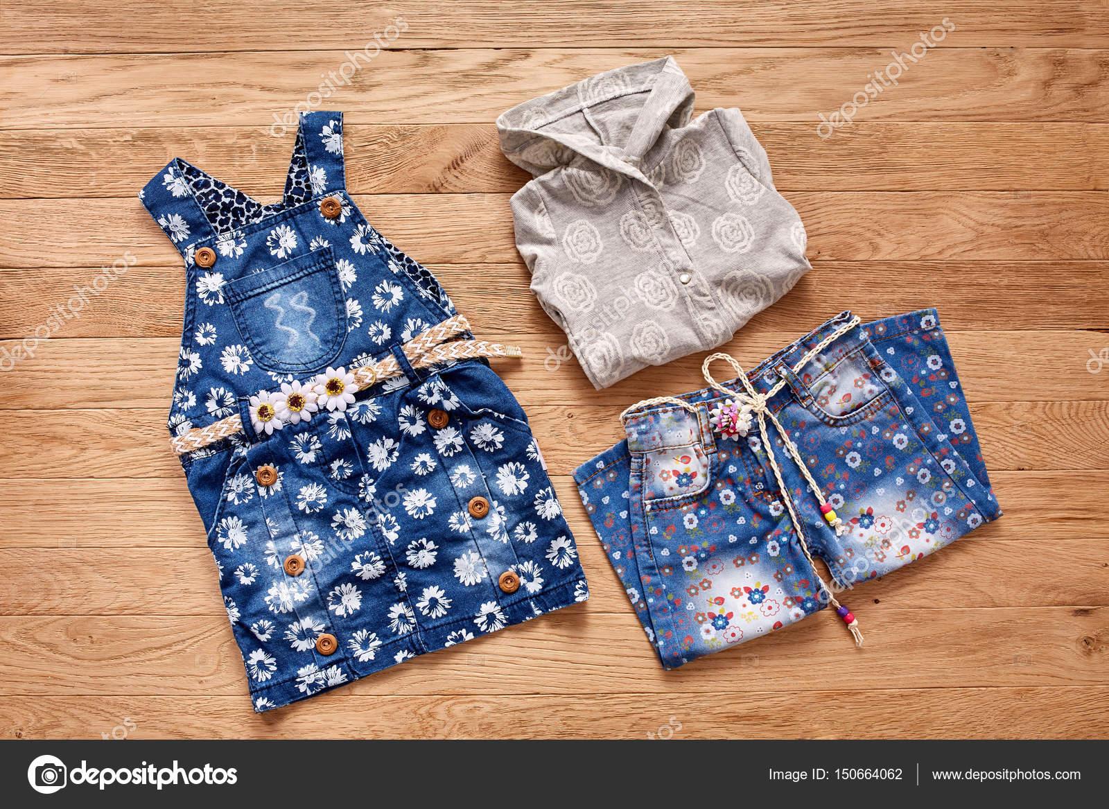 dd7f43ed6d1 Παιδικά τζιν, μπουφάν και τζιν φόρεμα σε φόντο ξύλινη — Φωτογραφία Αρχείου