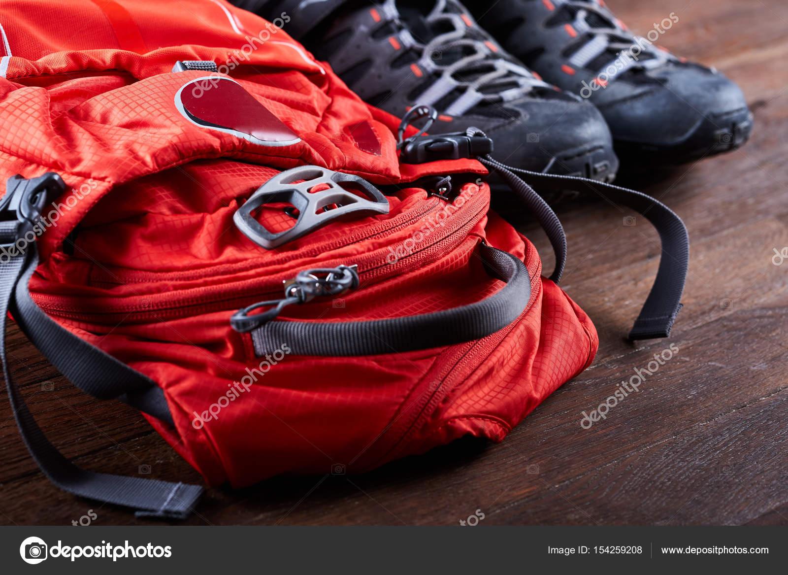 638fc92ea0df0 Noleggio attrezzatura escursionistica  zaino e scarponi sulle tavole in  legno– immagine stock