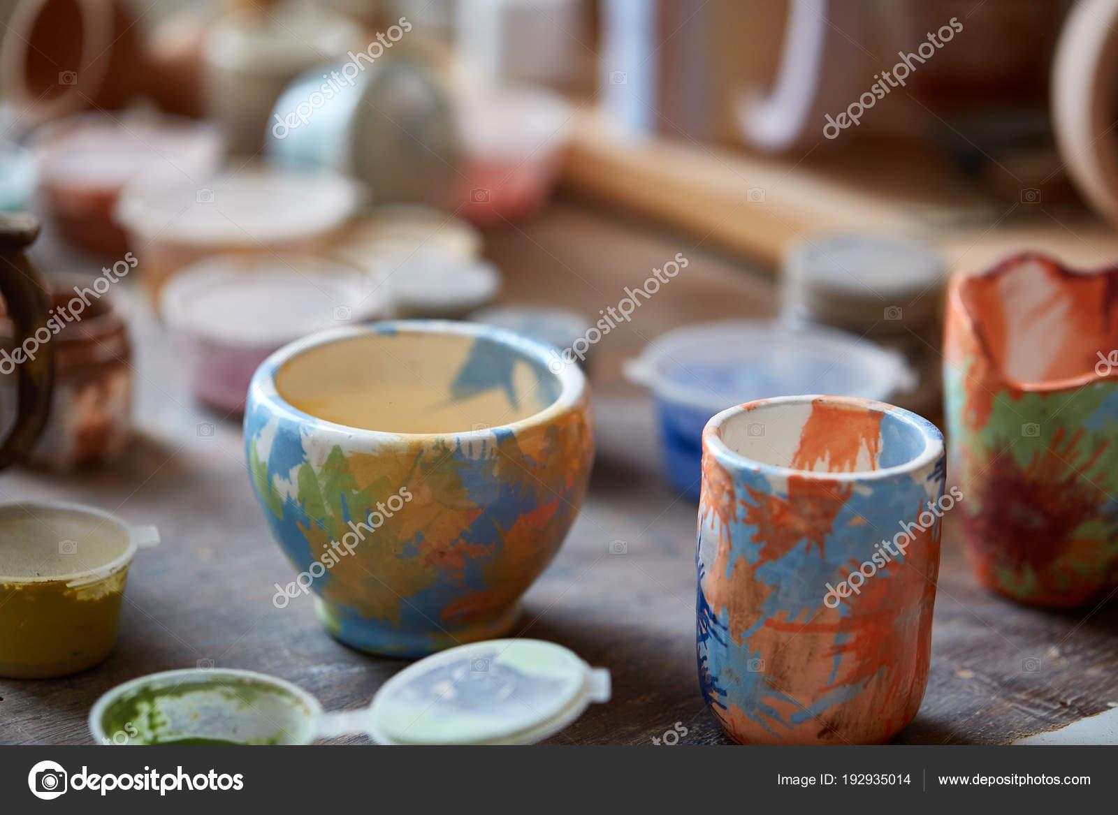 Gros Plan De Divers Tasses De Peinture Et Pinceaux Dans