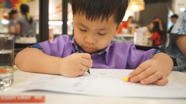 Dětské ruce barvy pastelkami na papíře