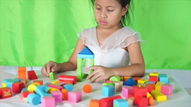 Roztomilá holčička dát hrát spolu, barevné cihly vnitřní