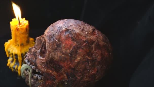 Lebka má svíčku na straně, Scary lebky na černém pozadí