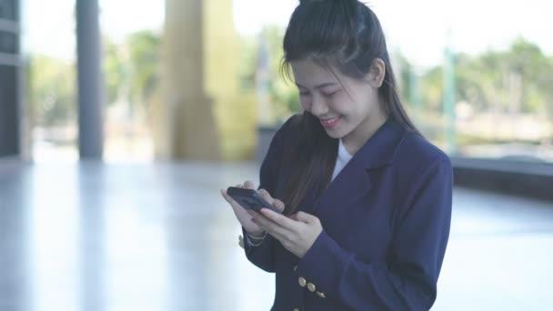 Überraschte Frau schaut auf Handy-Bildschirm