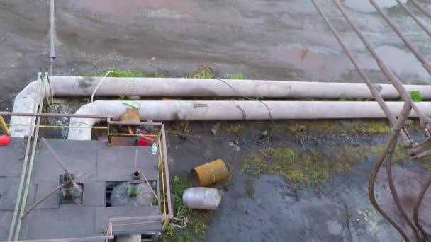 Pracovník svařuje potrubí větších