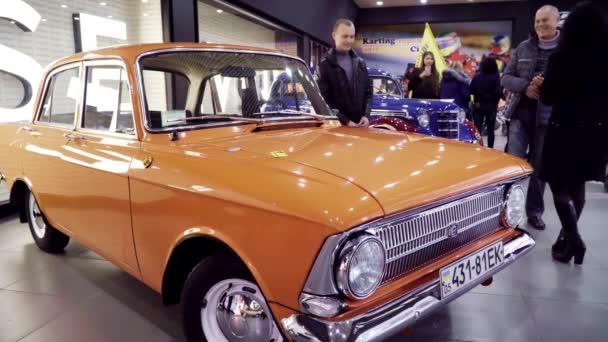 Výstava retro auta. Oranžové Moskvič 412