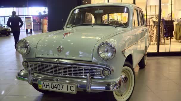 Moskvič 407 čelní pohled. Výstava historických automobilů v nákupním středisku